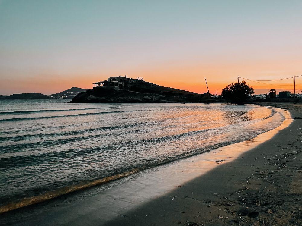 lo splendido tramonto sulla spiaggia di Agios Georgios a Naxos