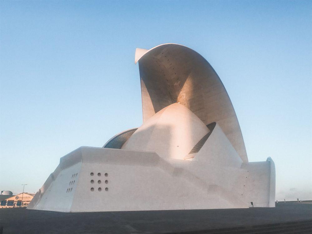 Emblematica l'onda dell'Auditorio di Calatrava