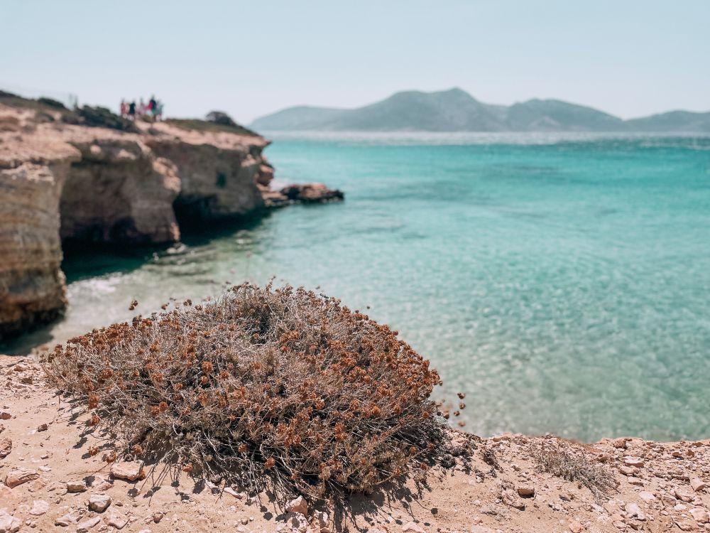 insenature e grotte popolano la costa di Koufonissi