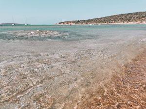 tra le spiagge più belle di Paros, Agios Nikolaos, dall'acqqua cristallina