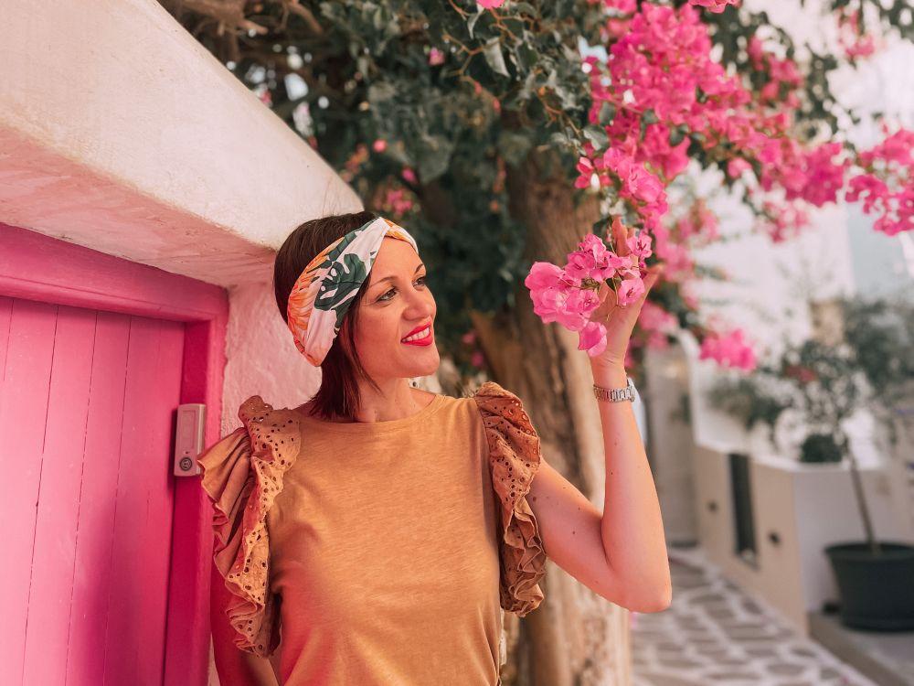 uno splendido angolo floreale di Naoussa, sull'isola di Paros