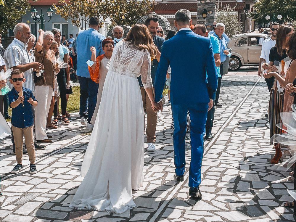 il momento in cui gli sposi hanno lasciato la Chiesa con il lancio del riso  da parte degli ospiti
