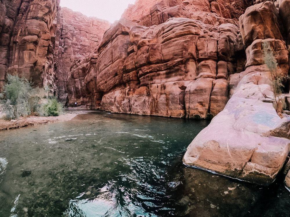 le alte pareti della gola del wadi mujib