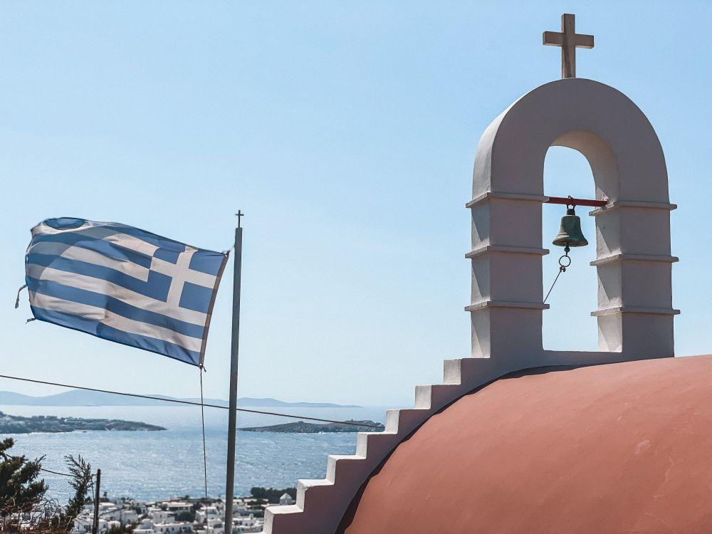 la bandiera greca spesso sventola presso i luoghi più iconici delle isole Cicladi